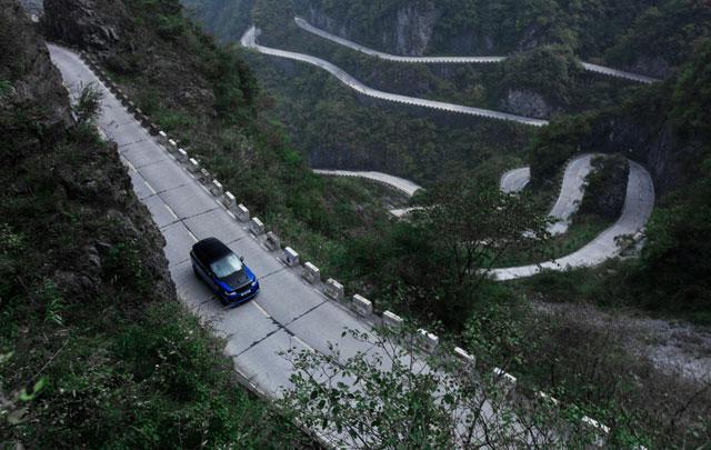 Aksi Nekat Range Rover Sport SVR Patahkan Rekor Tercepat Ferrari 458 Italia di 99 Tikungan Tianmen