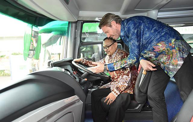 Mercedes-Benz Serahkan 12 Bus Double-Decker pada Lorena-Karina