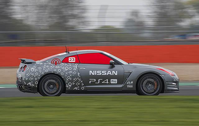 Wow, Supercar Nissan GT–R/C Ini Bisa Dikendalikan dengan Stik Game!