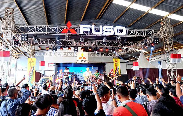Mitsubishi Fuso & Iwan Fals Lanjutkan Kampanye #FUSOkontribusi  di Surabaya