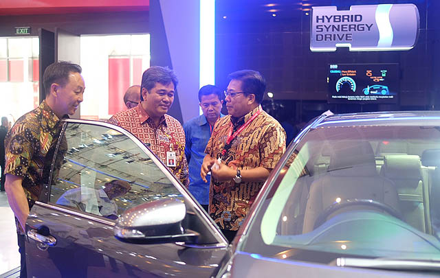 Toyota Hadirkan Teknologi Hybrid di Pameran Otomotif Surabaya 2017