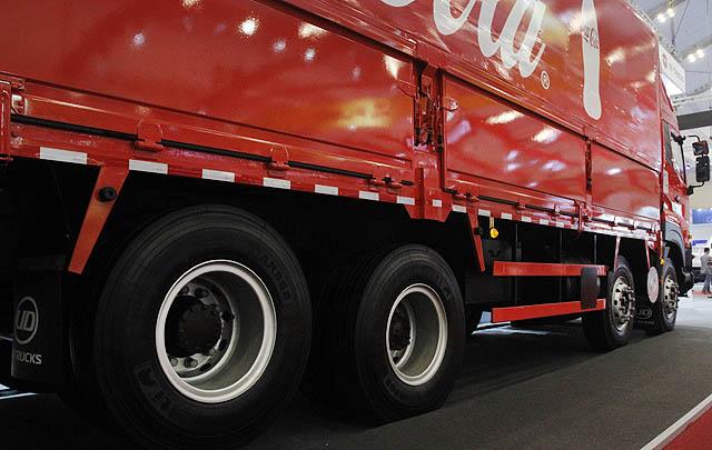 UD Trucks Serahkan Unit Perdana Quester 8x2R di GIIAS 2017