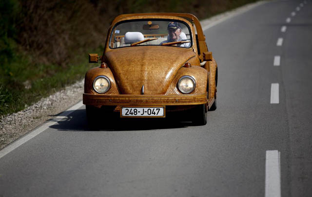 Wow, VW Beetle Ini Dirakit dari Puluhan Ribu Batang Kayu