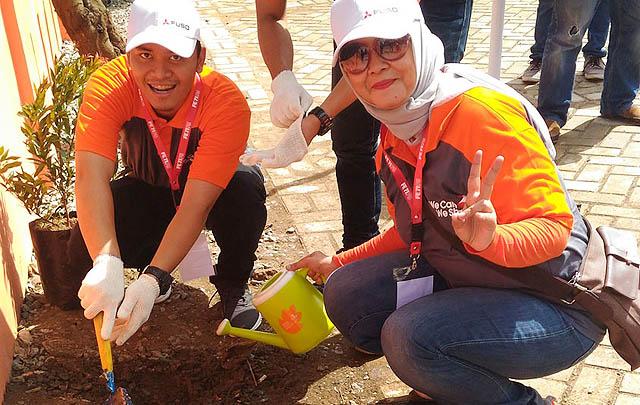 'We Care, We Share', KTB FUSO Bantu SD di Jonggol