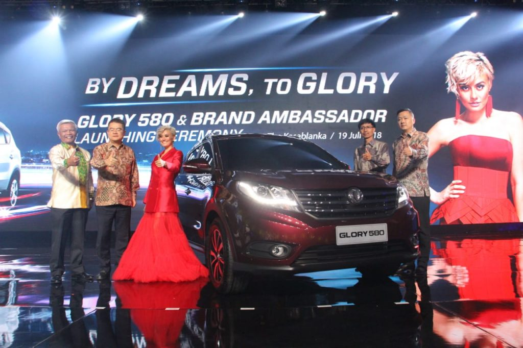 DFSK Glory 580 Memesona Tora Sudiro dan Astrid Tiar